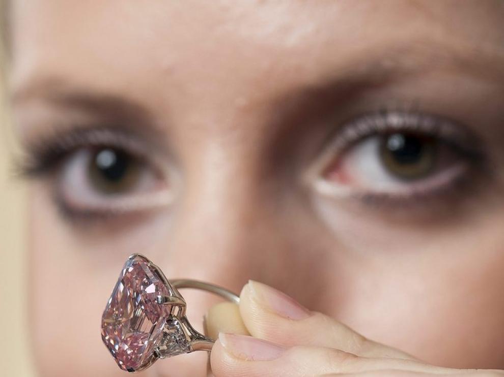 Una empleada de Sotheby's muestra el diamante