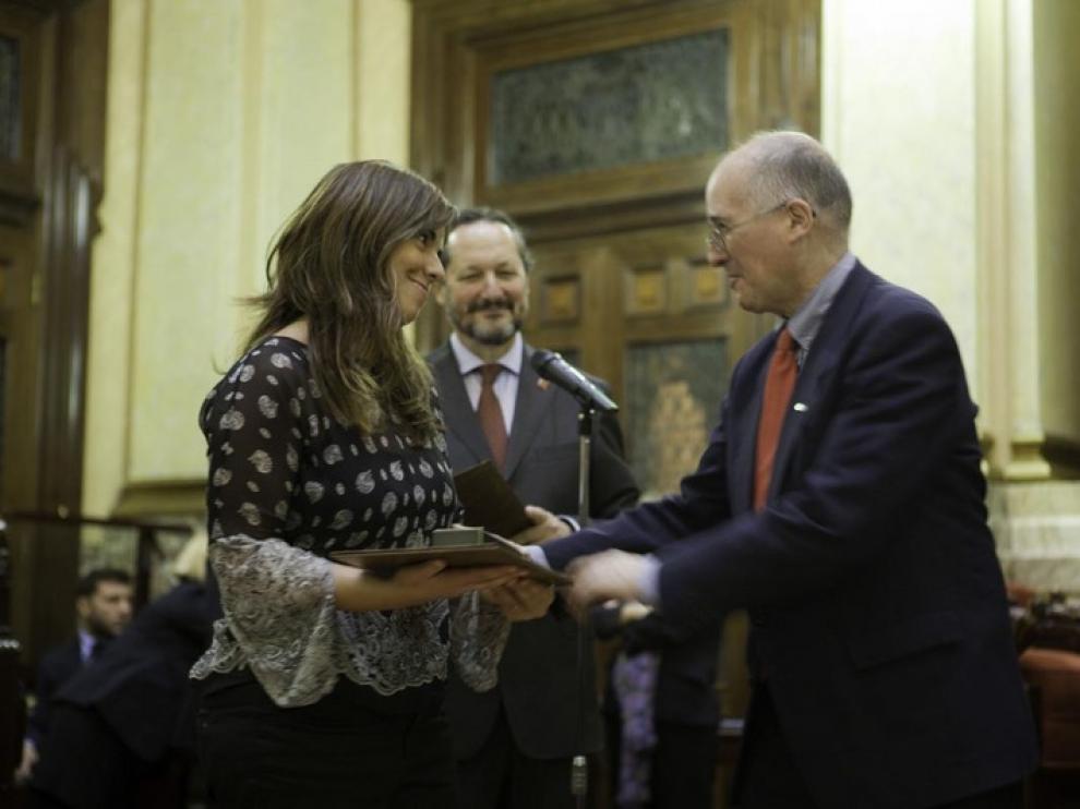 Elena Sanz recibe el Prisma de manos del rector de la Universidad de La Coruña, José María Barja