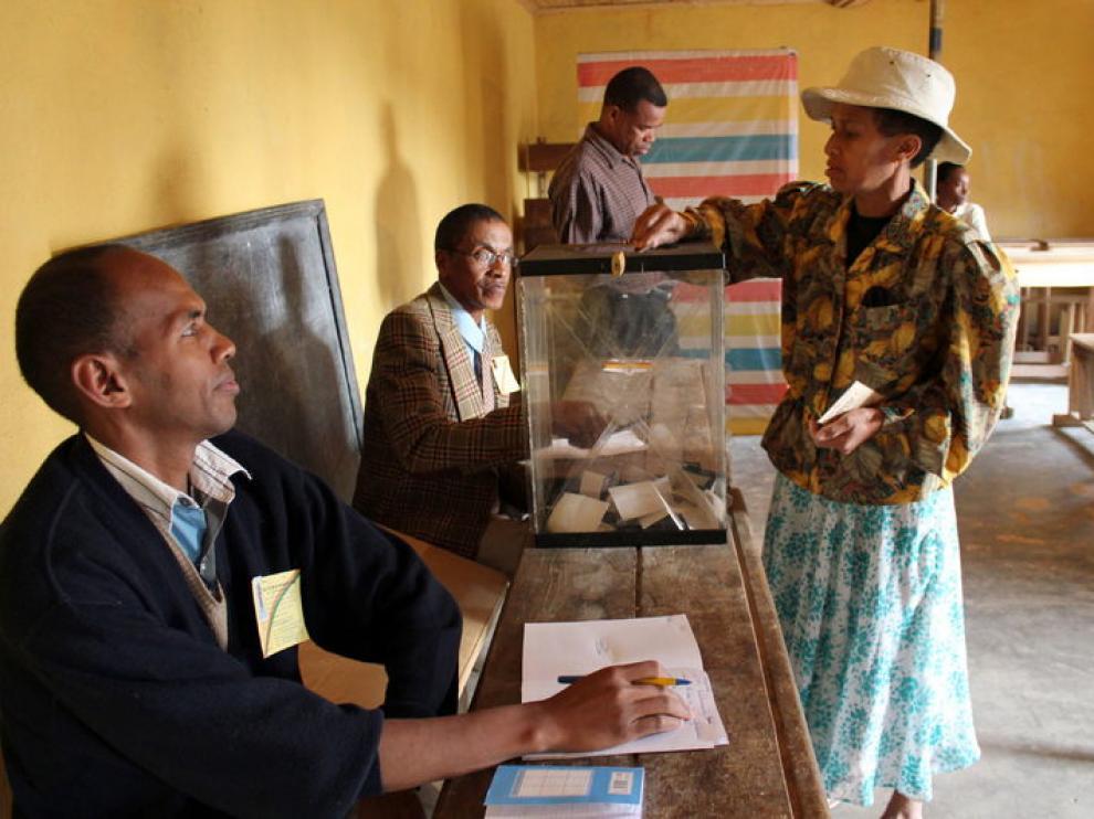 Una mujer de Antananarivo vota en el referéndum celebrado hoy en Madagascar