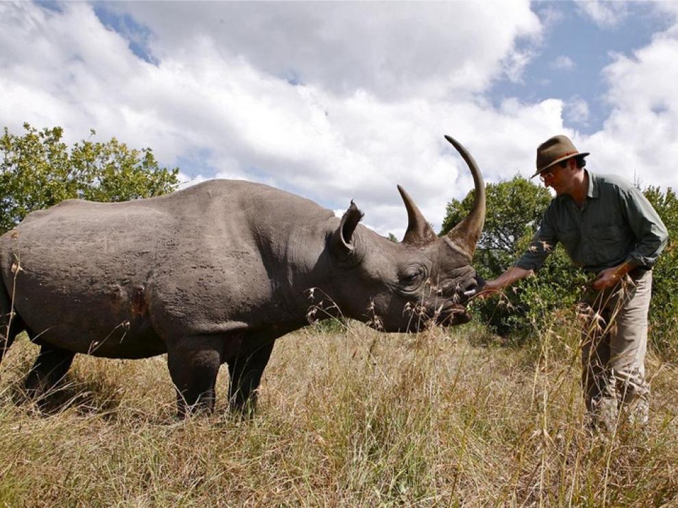 Fernando González Sitges, junto a un rinoceronte en Kenia