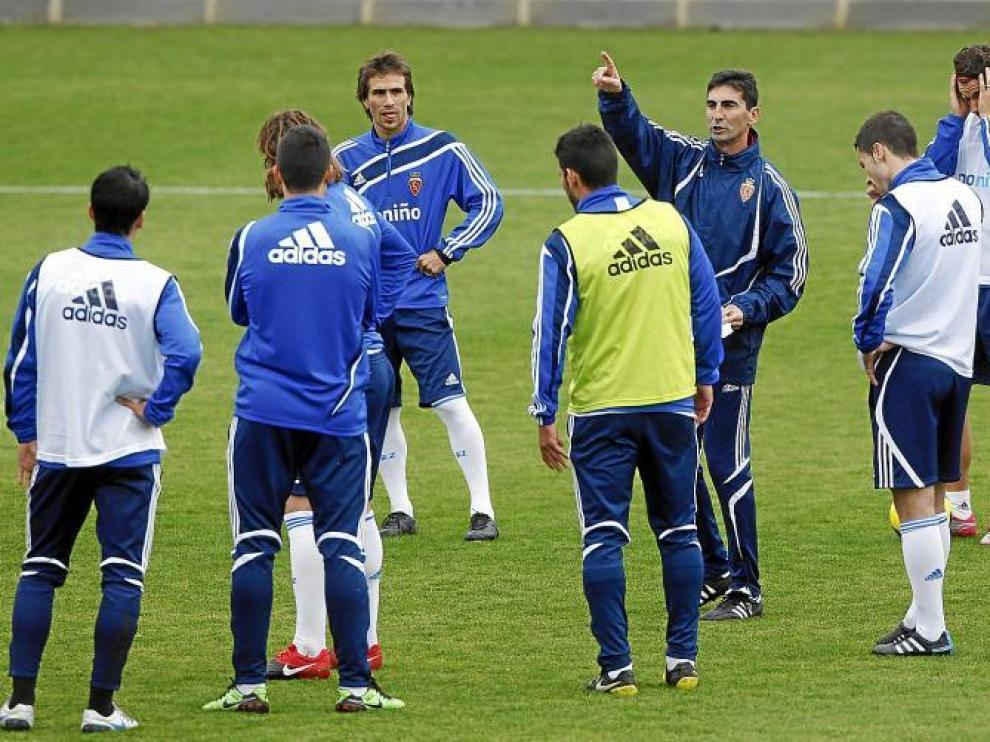 José Aurelio Gay da instrucciones a quienes han sido sus jugadores, ayer, en la Ciudad Deportiva.