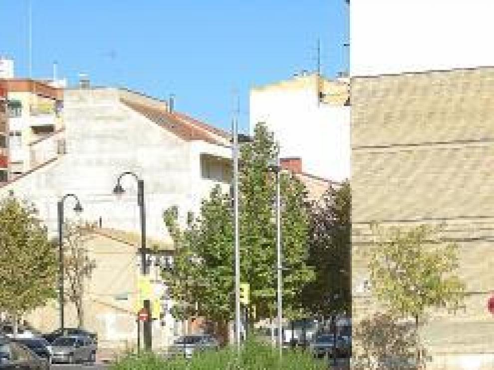 De izquierda a derecha, un solar que se usa de escombrera, un banco roto y unos jardines descuidados.