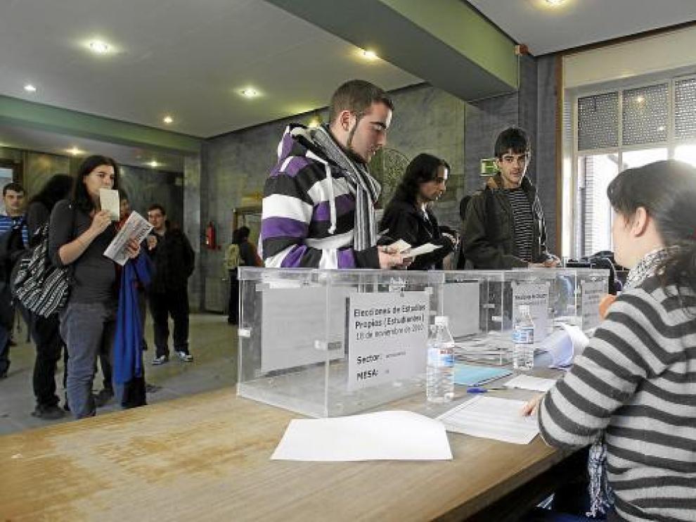 Los estudiantes -en la imagen los de Filosofía y Letras- votaron en los descansos entre clases.