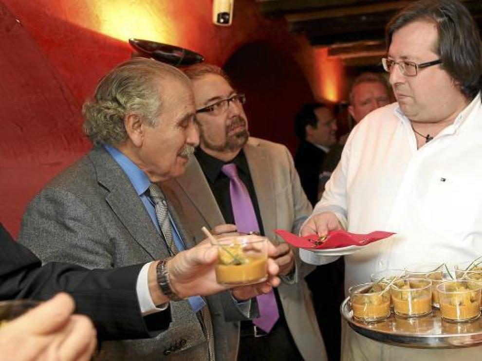 Gonzalo Lapetra y Roberto Pac saborean 'Delicias de tierra y mar' que ofrece Alfonso Bielsa.