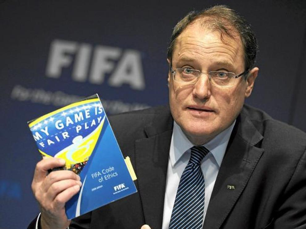 Claudio Sulser, presidente de la Comisión Ética de la FIFA, durante la rueda de prensa ofrecida ayer.