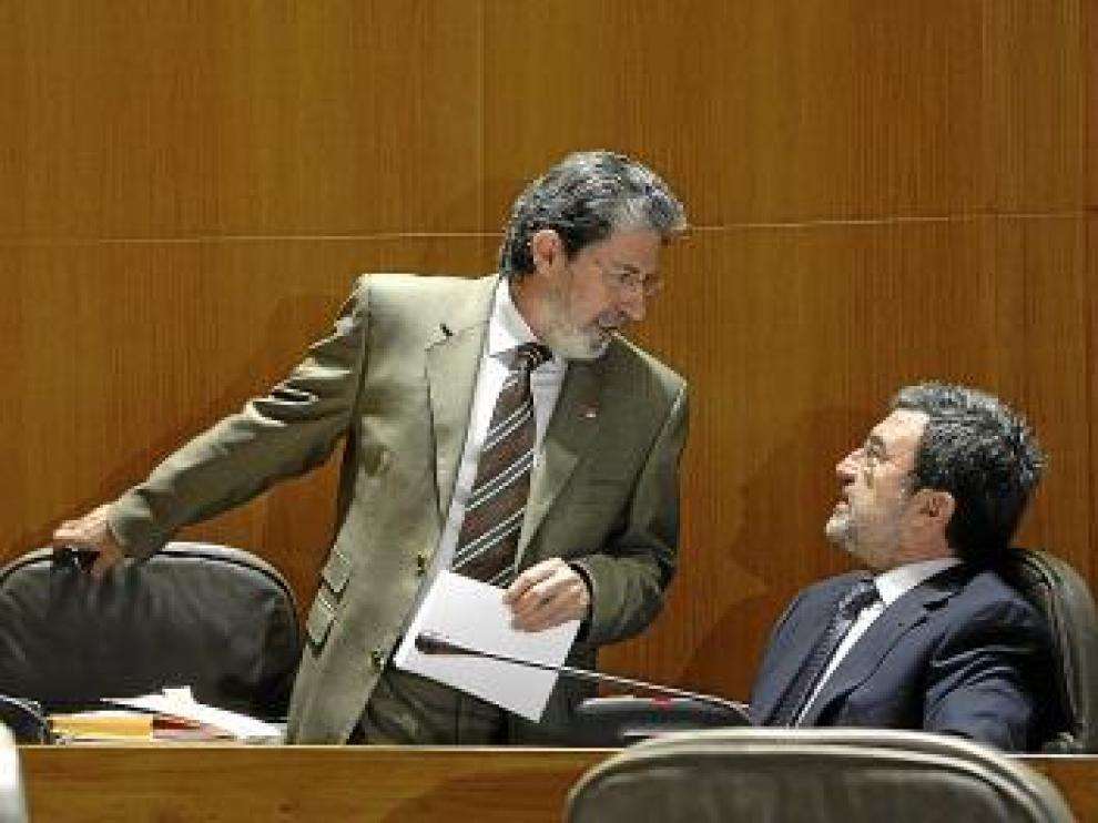 Adolfo Barrena, izquierda, conversa con Miguel Ferrer.