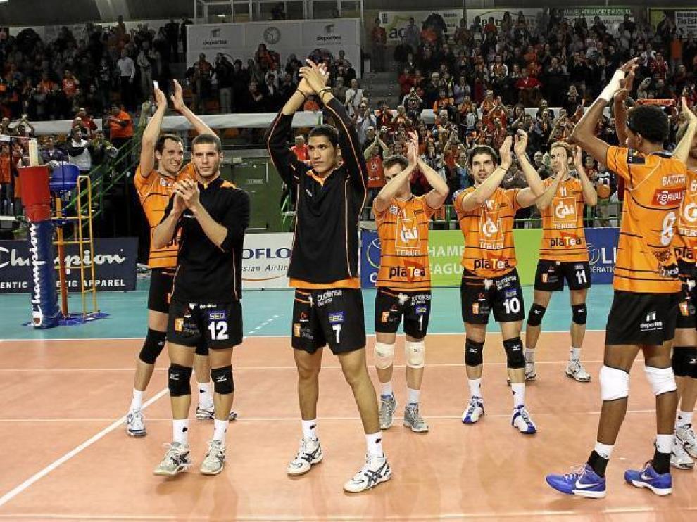 Los jugadores del CAI Teruel agradecen al público la entrega en el partido de 'Champions' jugado en miércoles en Los Planos.