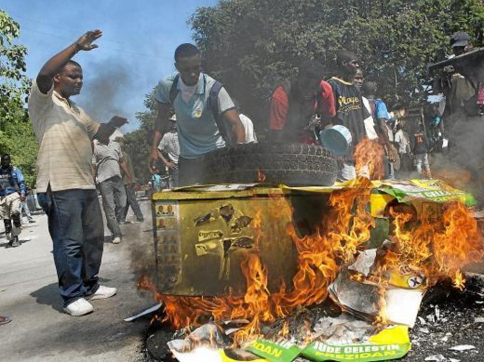 Varios manifestantes provocan un fuego ayer en una protesta contra la Minustah.