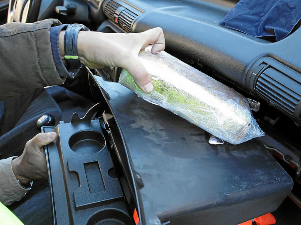 La Policía halló 1,2 kilos de cocaína en la guantera de un vehículo procedente de Madrid.