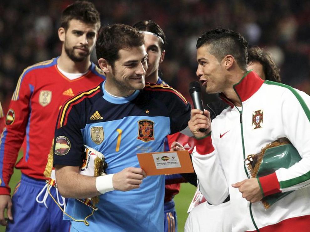 El guardameta de la selección española, Iker Casillas (c) y el delantero de Portugal, Cristiano Ronaldo