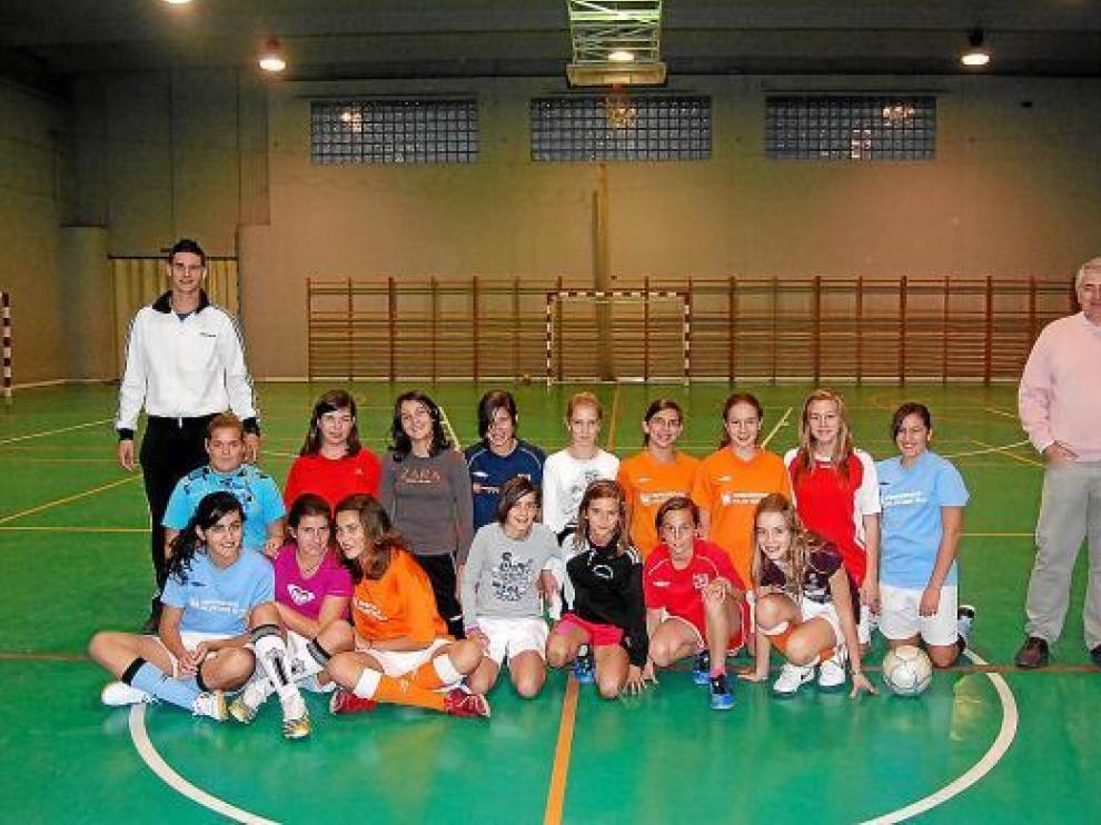 Enrique Barbanoj, de pie a la derecha, junto a algunas de las chicas que practican fútbol sala.