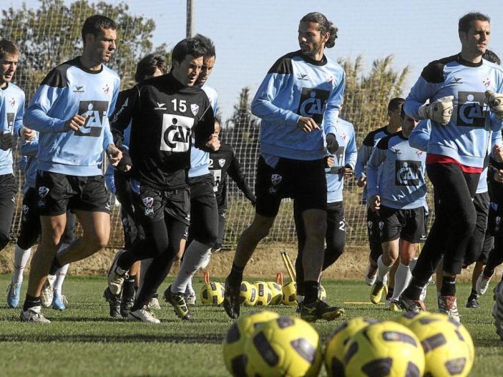 La plantilla del Huesca, durante un entrenamiento de esta semana en las instalaciones de la antigua ECA.