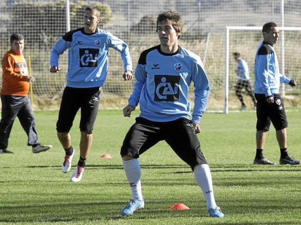 Óscar Vega, con Lukic y Gilvan detrás, ante la mirada de Onésimo, en un entrenamiento.
