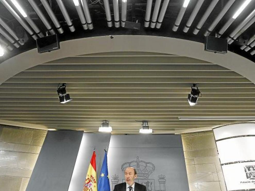 El portavoz del Gobierno, Pérez Rubalcaba, al anunciar ayer la ley tras el Consejo de Ministros.