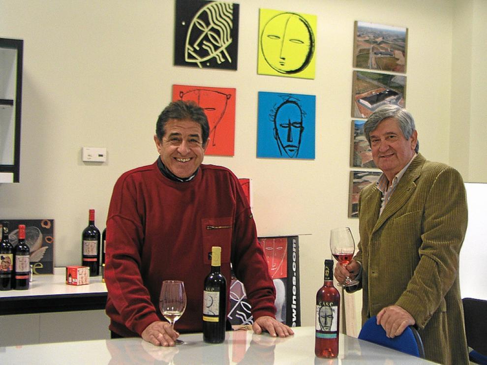 Jesús Navascués y Rafael Díaz, ayer, catando los nuevos vinos del año en Bodegas Care.