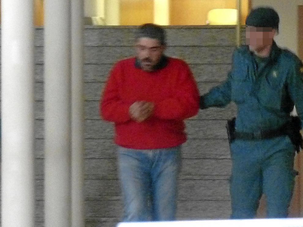 Carlos Muñoz López salió ayer esposado de los juzgados de Jaca, desde donde fue trasladado por la Guardia Civil a la cárcel de Zuera.