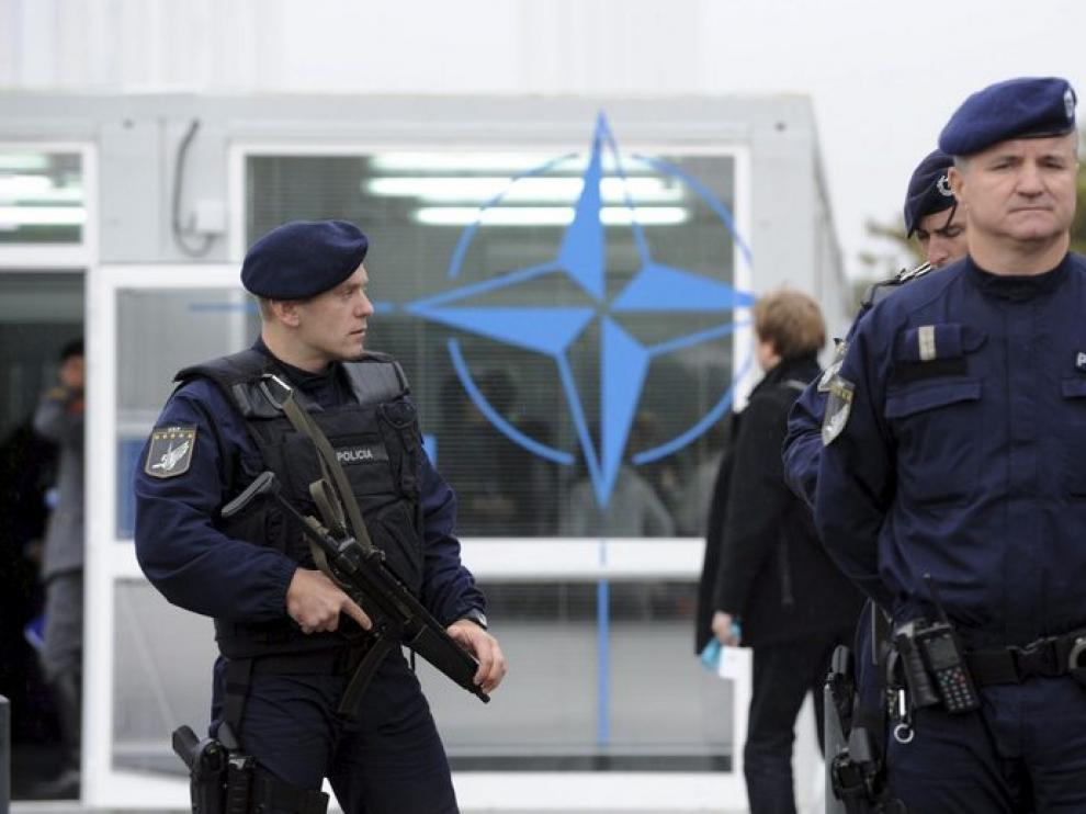 Miembros de seguridad de la OTAN vigilan la entrada a la sede de la cumbre, hoy en Lisboa