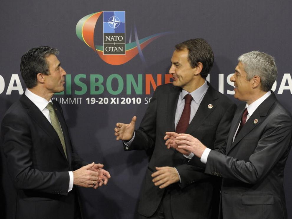 De izquierda a derecha: Rasmussen, Zapatero y Sócrates
