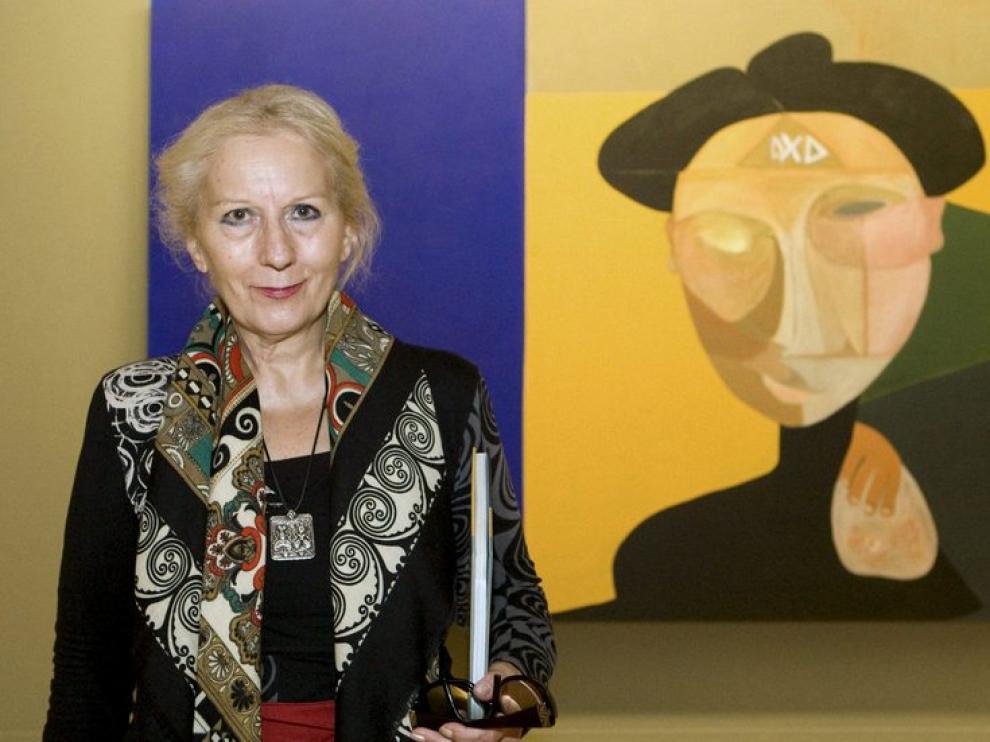 Teresa Ramón en La Lonja, ante uno de sus cuadros