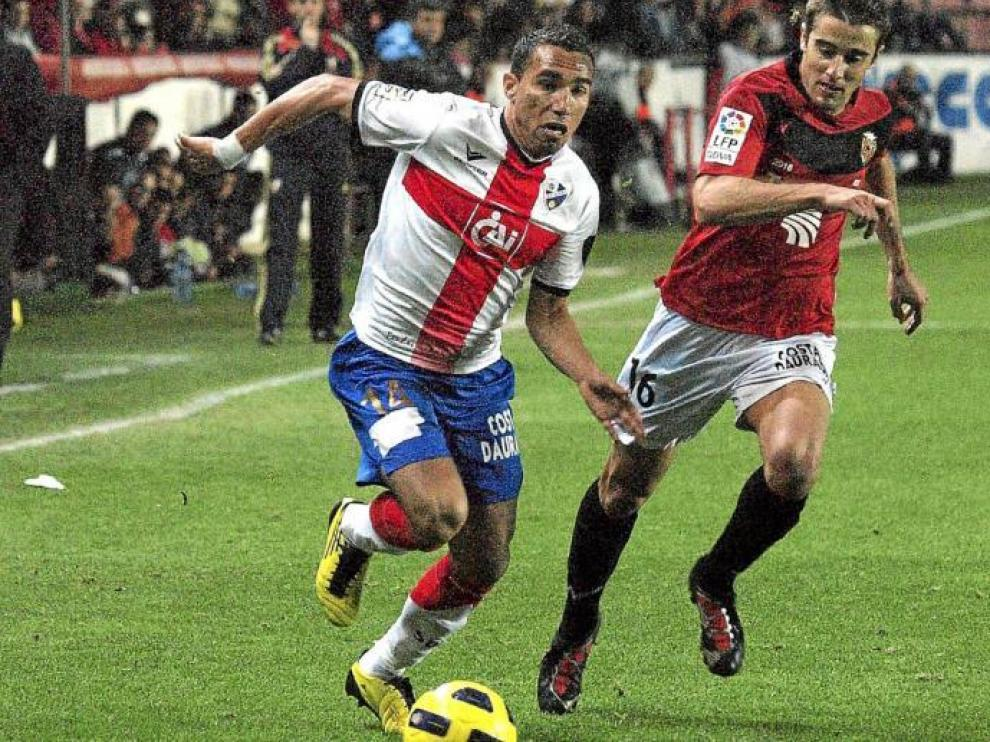 Gilvan Gomes, uno de los futbolistas más destacados del Huesca en el partido de ayer, trata de marcharse de un rival.