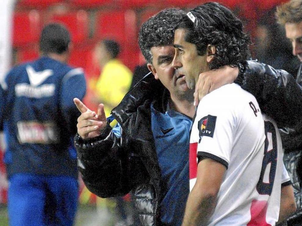 Onésimo Sánchez da instrucciones a Paco Gallardo antes de que saltase al terreno de juego en el Nou Estadi.
