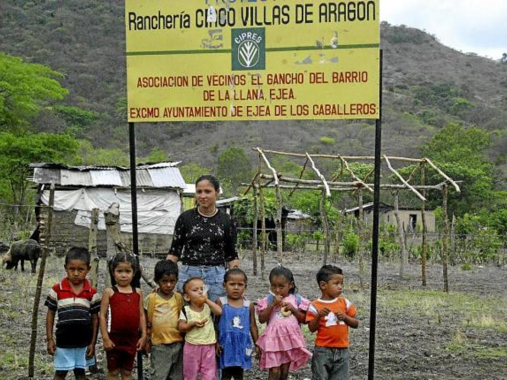Un grupo de nicaragüenses, delante del poblado reconstruido con la ayuda de Aragón.