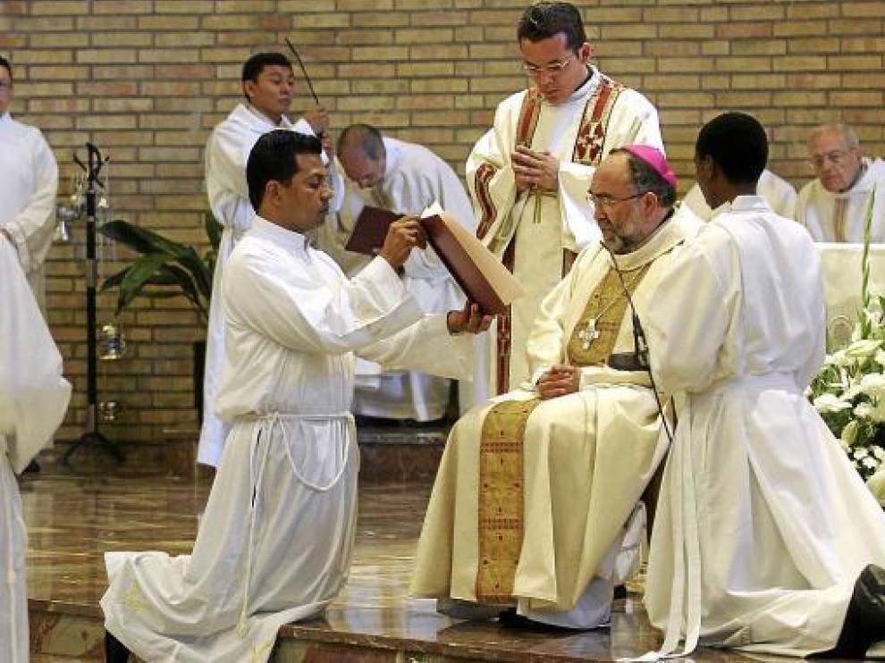 Jesús Sanz, en la ordenación de un diácono el pasado junio en Huesca.