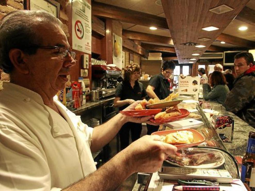 Pascual Royo, del bar Candanchú, no ha parado de servir tapas desde que empezó el concurso.