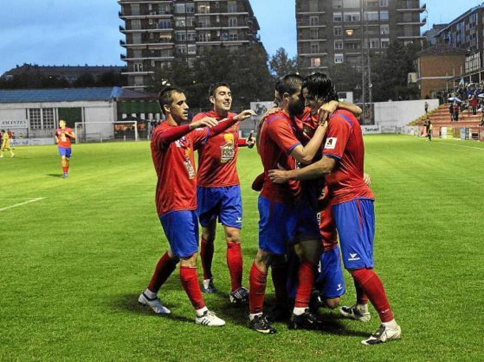 Los futbolistas del Teruel celebran un gol, en Pinilla, durante el partido ante el Denia.