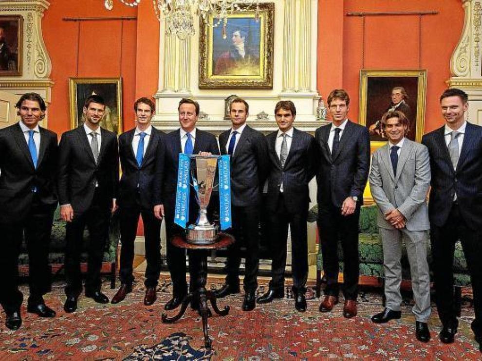 Los ocho participantes del Masters de Londres posan junto a la copa que solo uno conseguirá.