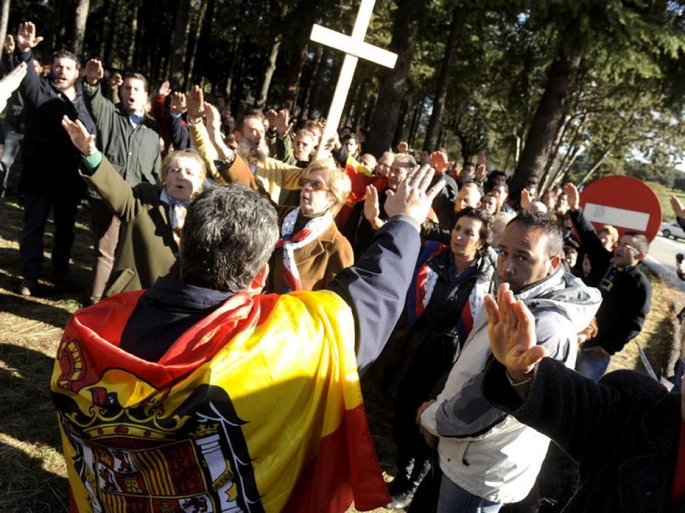 Partidarios de Franco le risnden homenaje ante el Valle de los Caídos