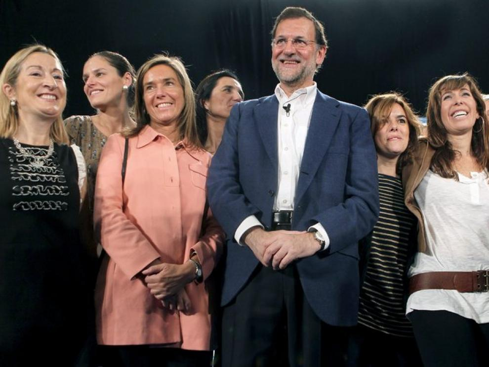 El líder del PP, Mariano Rajoy, con otras mujeres de su partido en un acto en L'Hospitalet de Llobregat