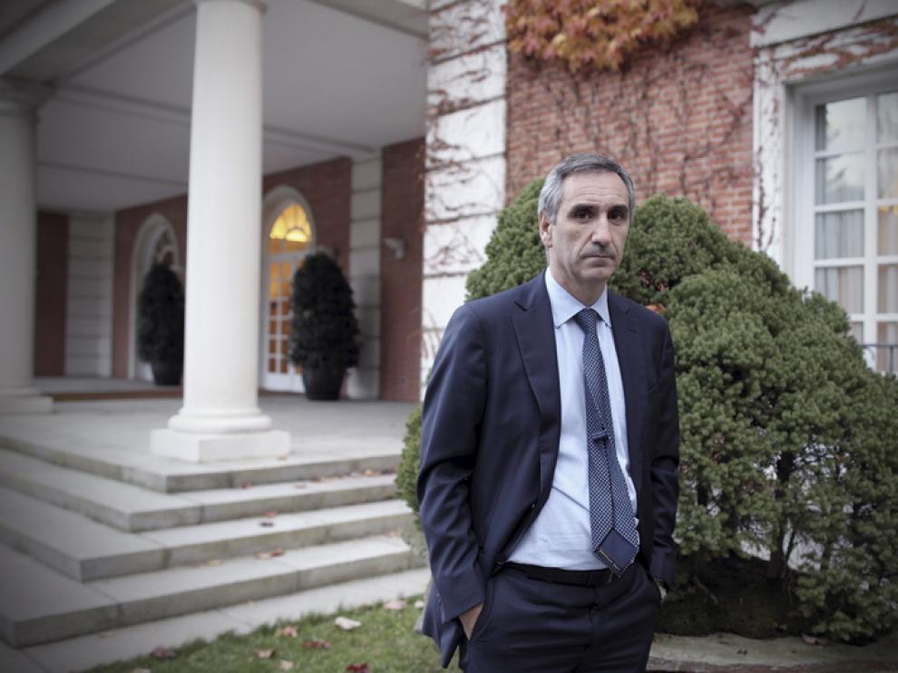 Javier Vallés, a las puertas del palacio de la Moncloa