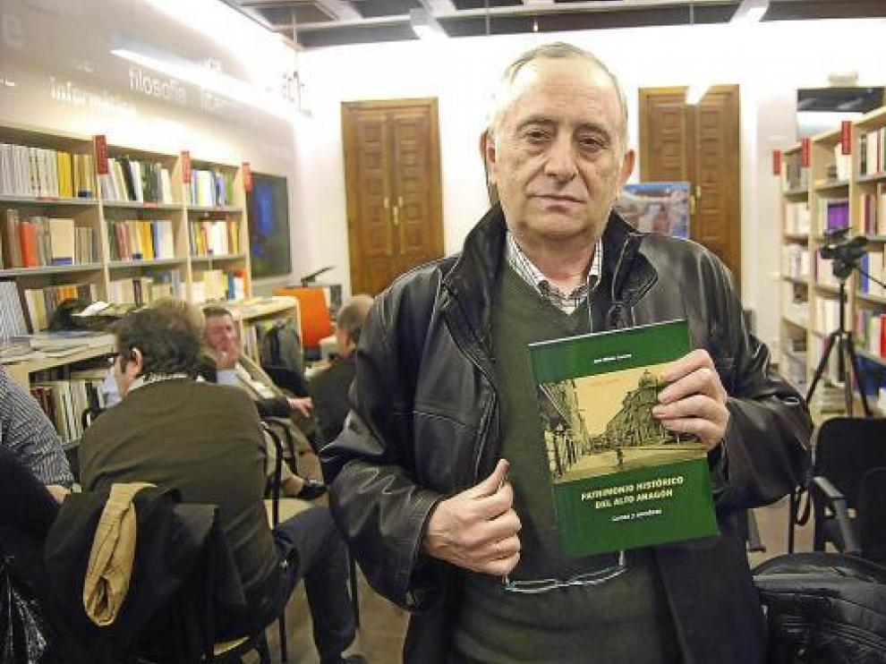 José Bibián Carrera posa con su libro 'Patrimonio histórico del Alto Aragón. Luces y sombras'.