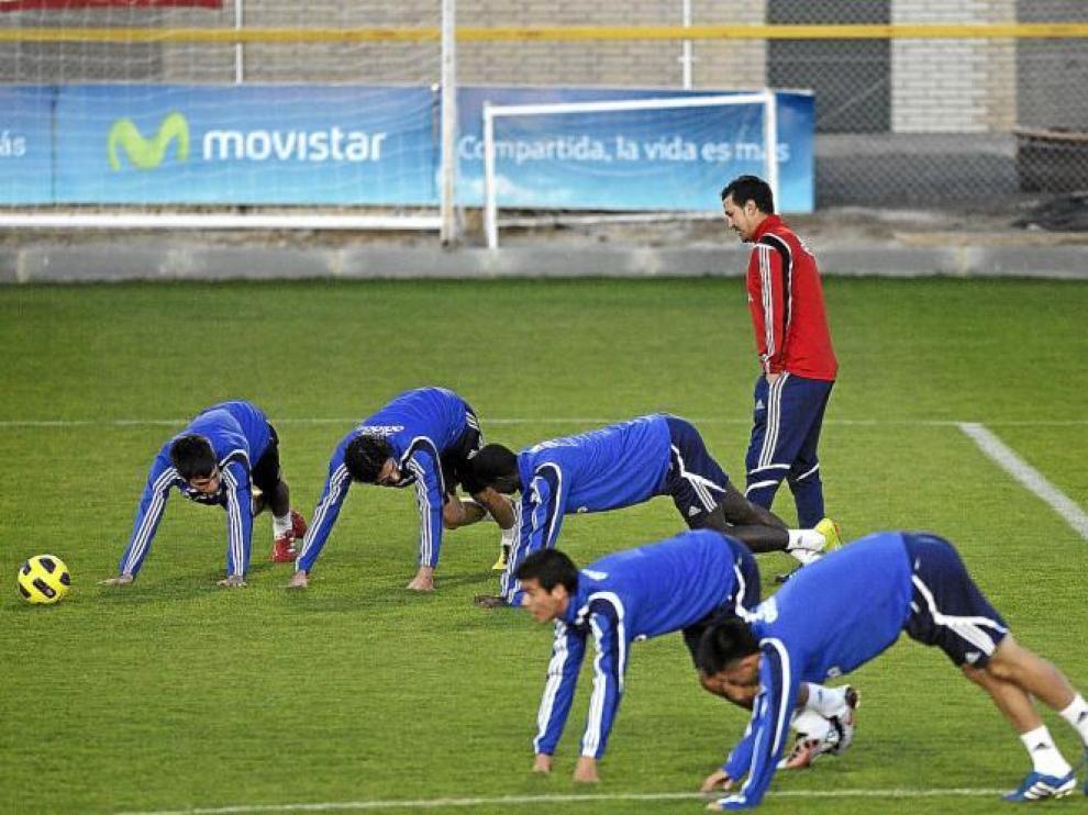 Varios futbolistas del Real Zaragoza se ejercitan ante la observación de Manuel Vidrio, el nuevo segundo entrenador.