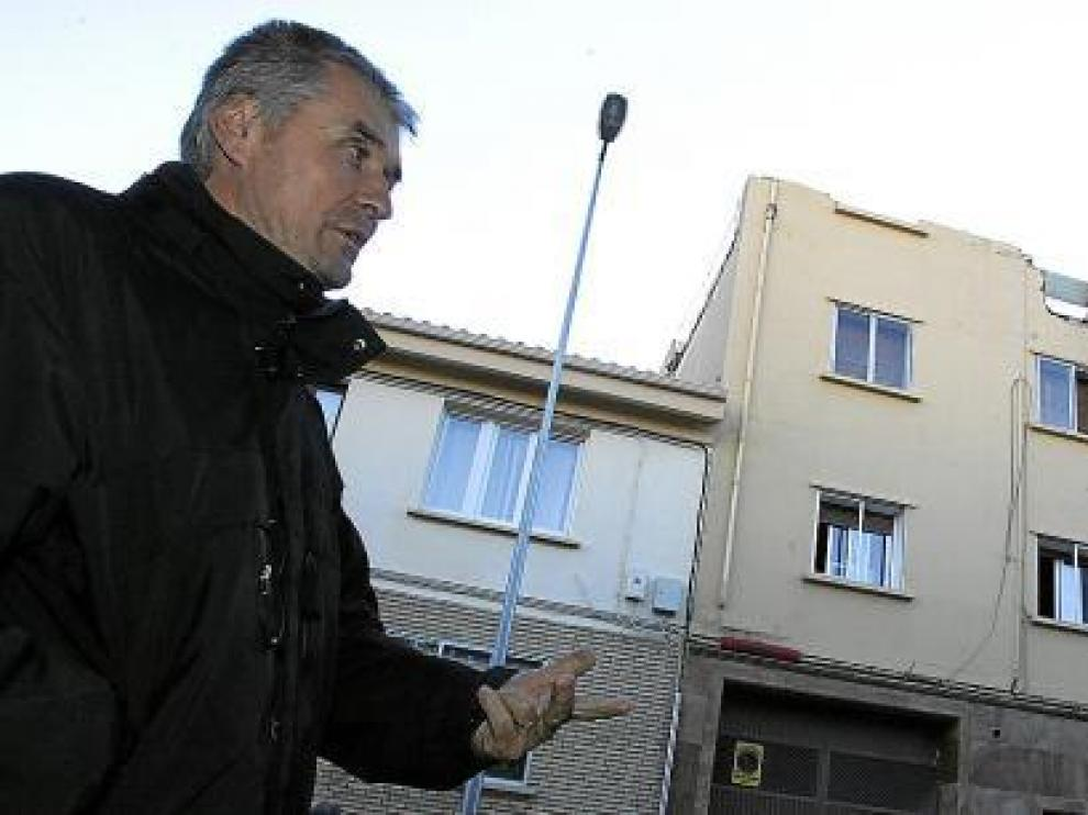 Vasile Precup, frente al edificio de Zacarías Martínez, que está a punto de reconstruirse.