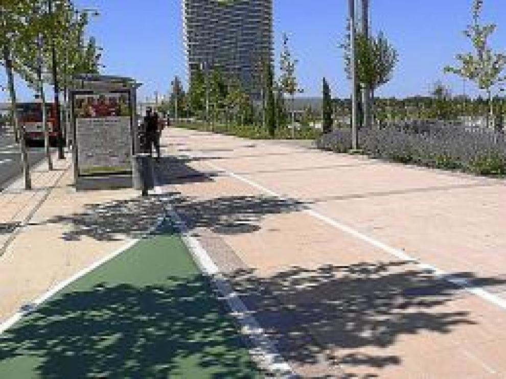 Ronda del Rabal. Junto a la Torre del Agua, el carril bici se desvía para evitar la marquesina del autobús.