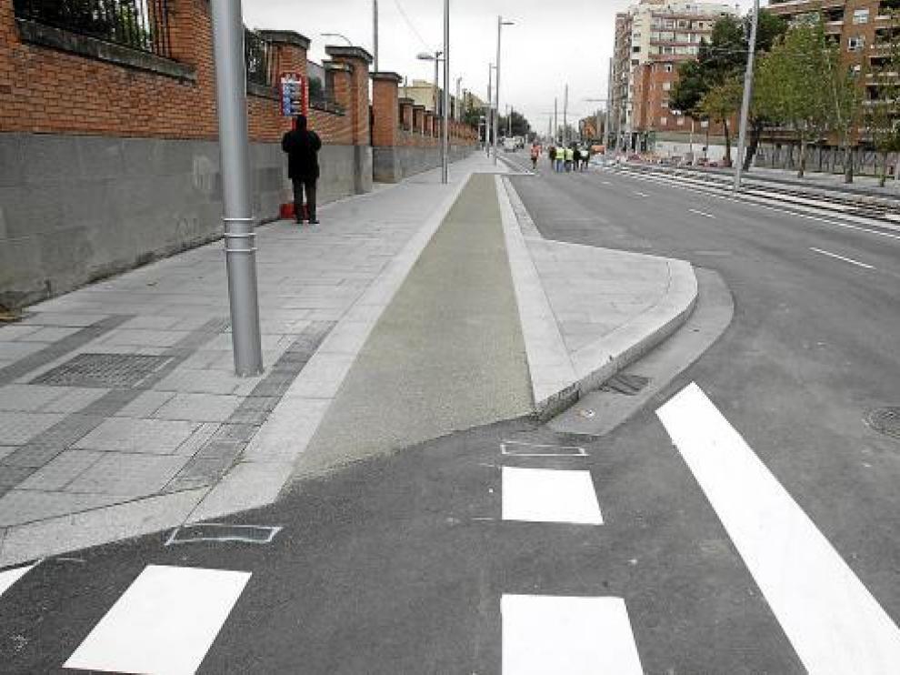 Subida... y a la parada del autobús. En Vía Ibérica, el carril bici sube y baja de la acera a la calzada continuamente. Frente al Hospital Militar, una de las subidas lleva a una parada de autobús.