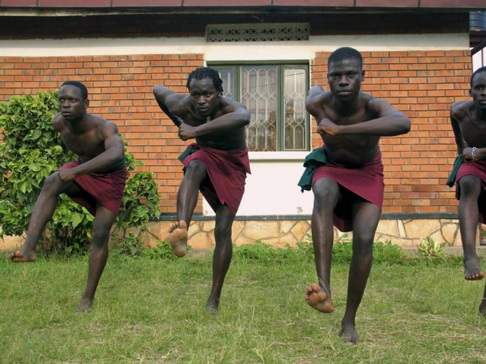 Cuatro jóvenes ugandeses bailando