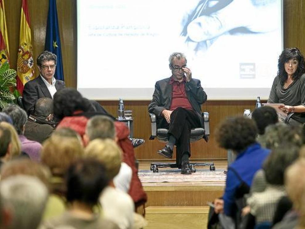 Juan Bolea, Juan José Millás y Esperanza Pamplona, ayer en la Aljafería.