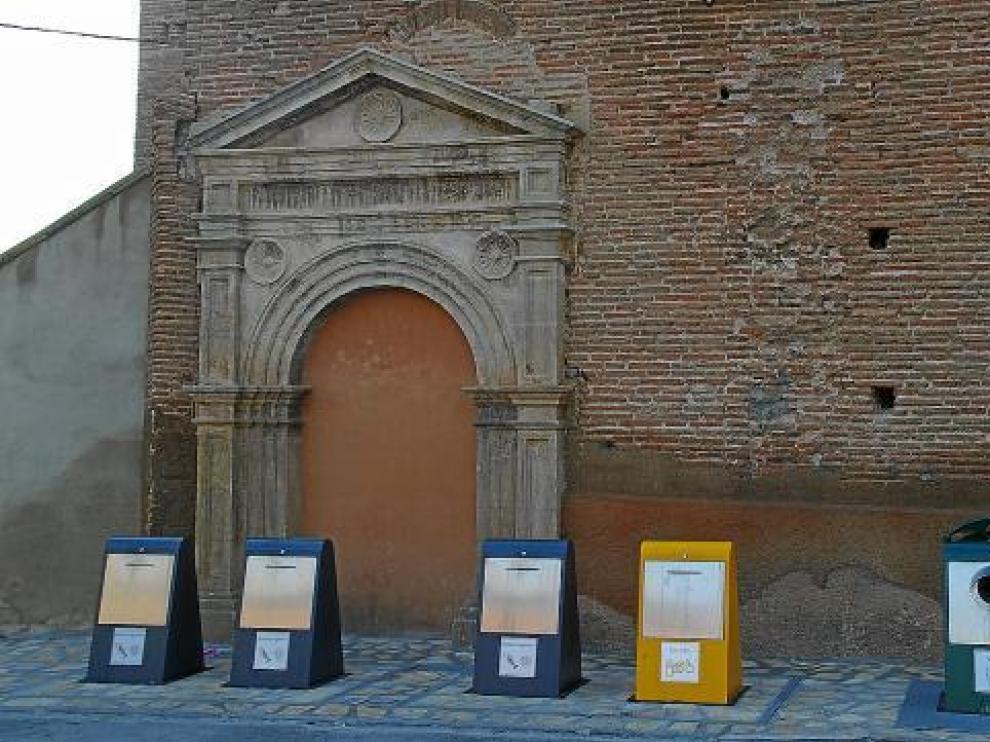 Los contenedores soterrados, en uno de los laterales del templo.