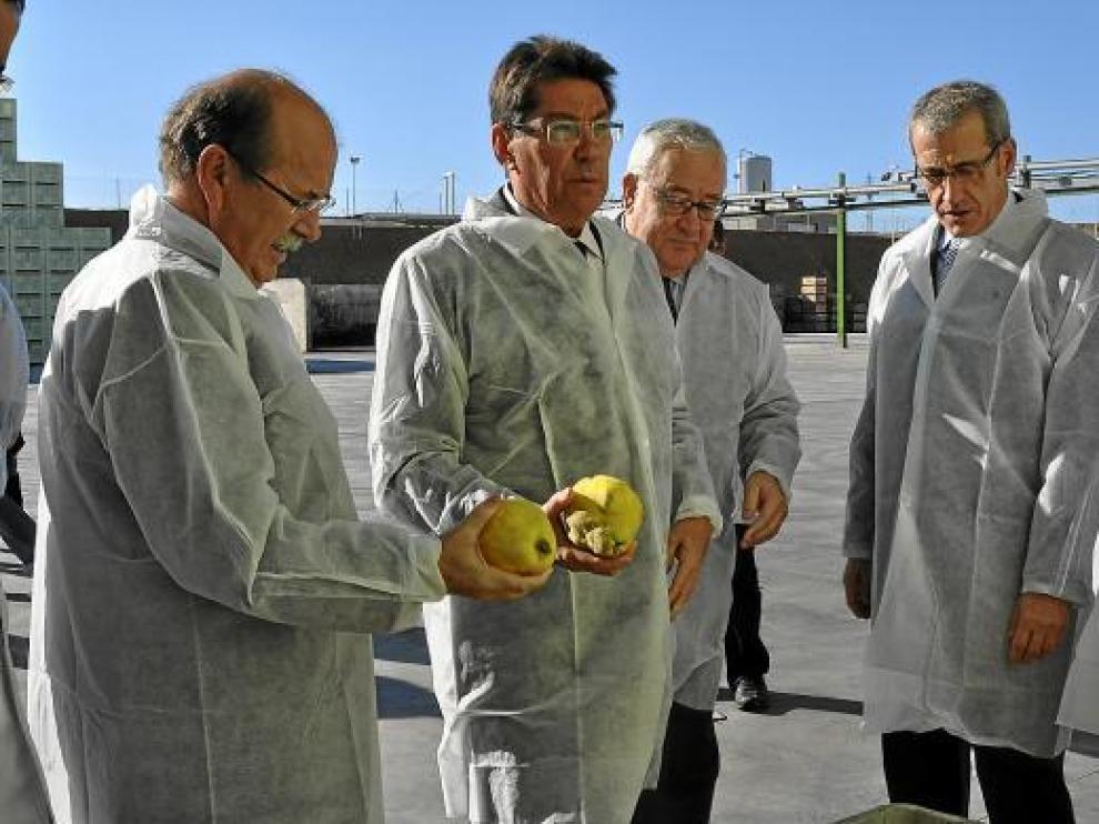Aliaga y Biel, en el centro, durante su visita a las instalaciones de la fábrica de zumos Zucasa.