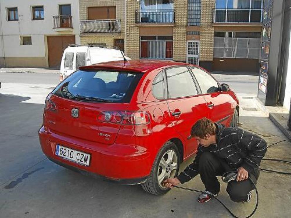 El taller de recambios Rodi, de Albalate, no daba ayer abasto para reparar los pinchazos.