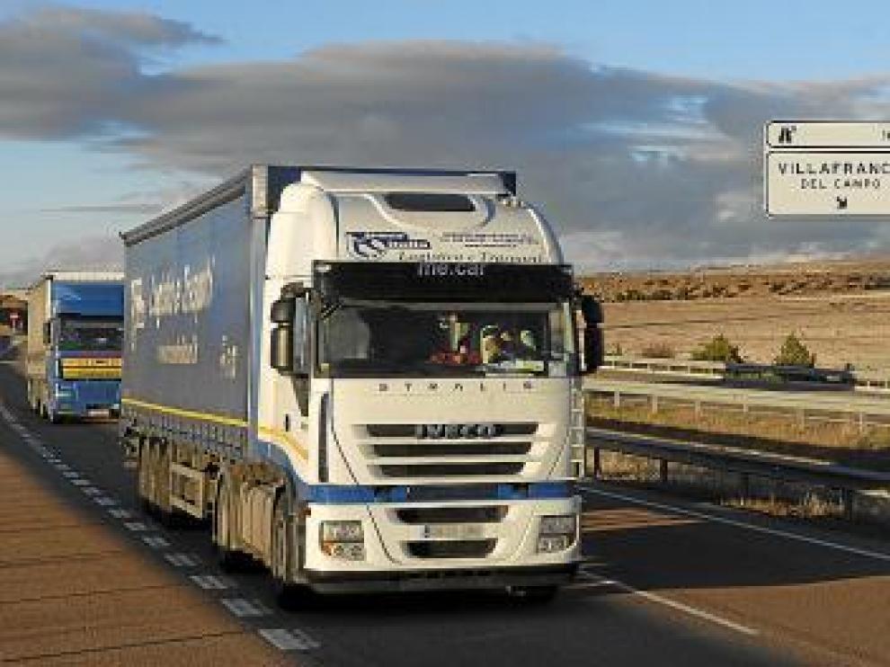 Camiones en la carretera.