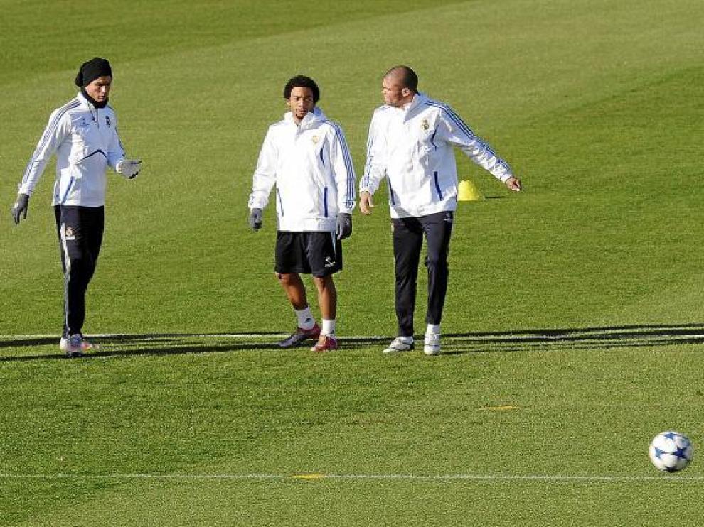 Ronaldo, Pepe y Marcelo calientan.