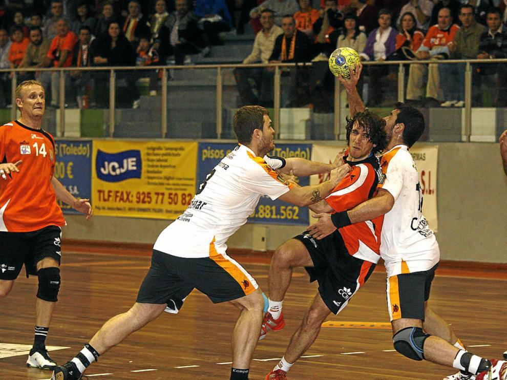 Un jugador del Toledo trata de penetrar ante la dura defensa del CAI Aragón