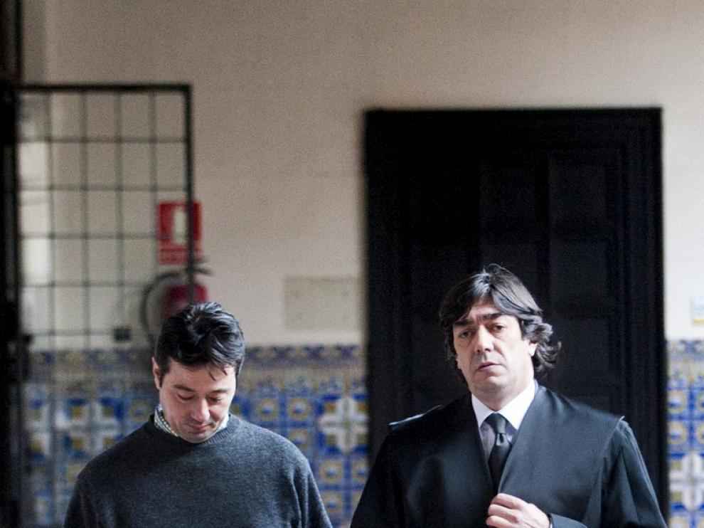 Francisco L.A., a la derecha, en la Audiencia Provincial de Zaragoza