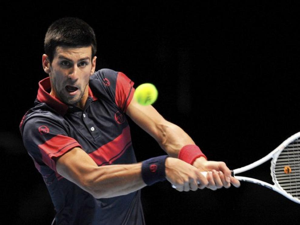 Djokovic devuelve la pelota.