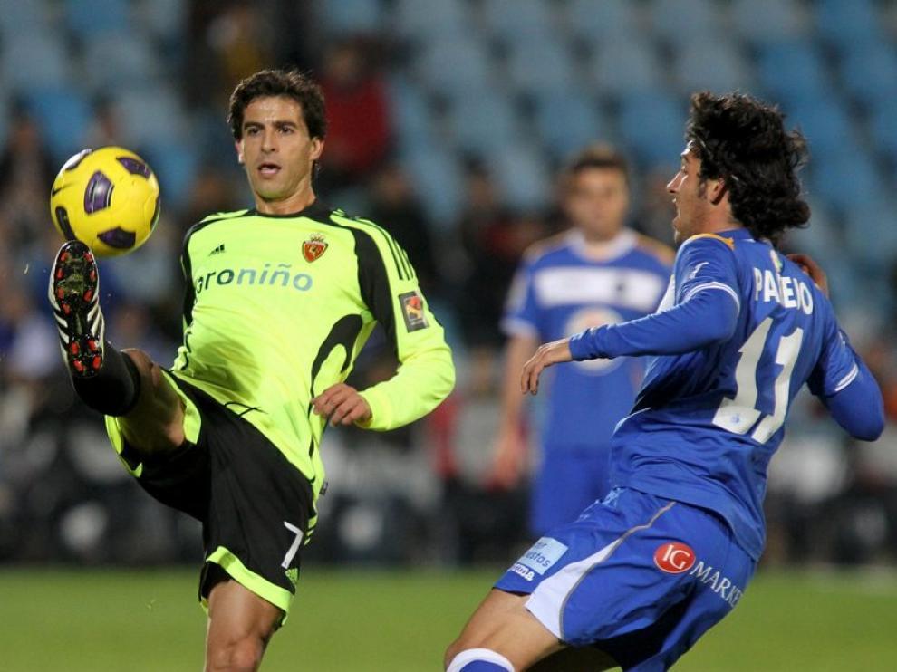 Jorge López trata de controlar un balón