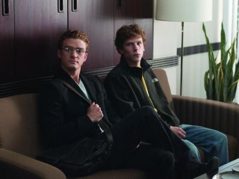 El protagonista de 'La red social', Jesse Eisenberg, a la derecha, en un fotograma de la película